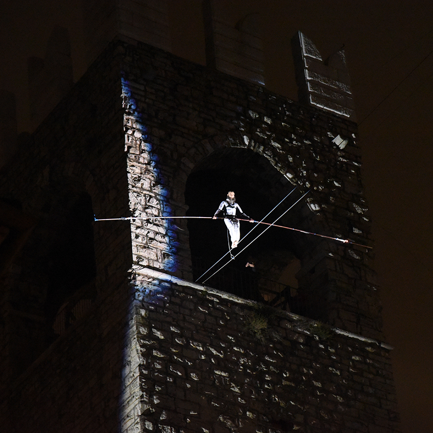"""""""THE LED WALK"""": la spettacolare camminata sul filo durante l'evento """"Brescia vestita di luce"""""""